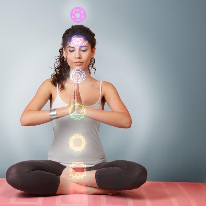 Eine Frau meditiert mit Yoga