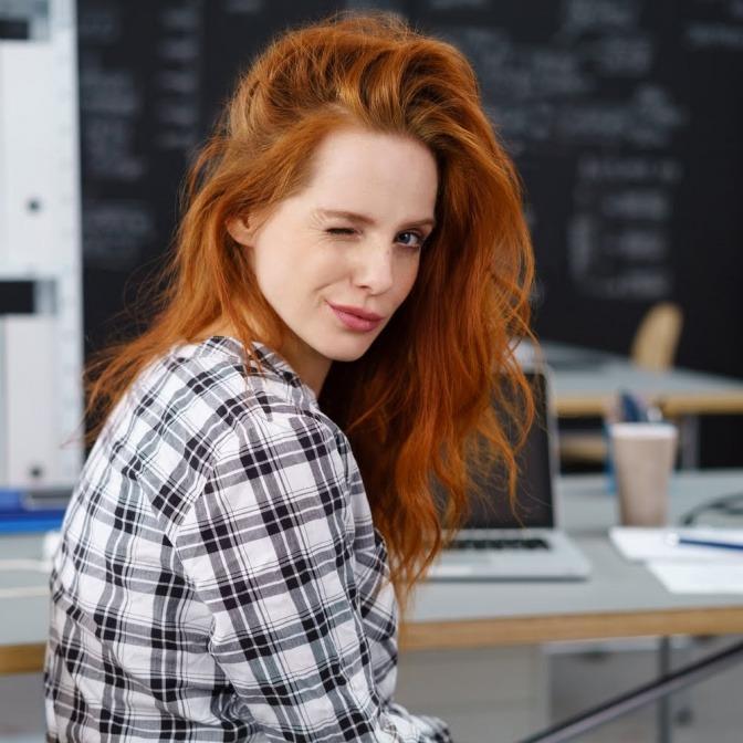 Junge Frau mit frechem Gesichtsausdruck