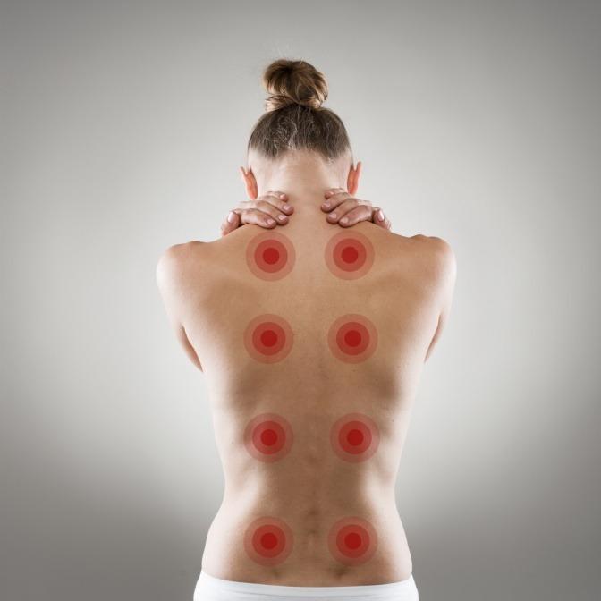 Der Rücken einer Frau schmerzt an verschiedenen Stellen