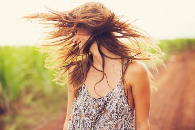 Eine Frau lässt die Haare fliegen