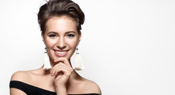 Frau mit schöner Haut ohne Akne lächelt