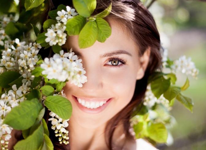Eine Frau lächelt und hat schöne Haut