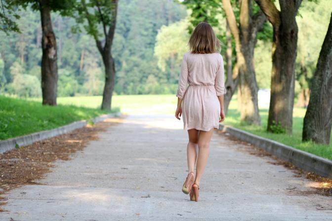 Eine Frau geht spazieren