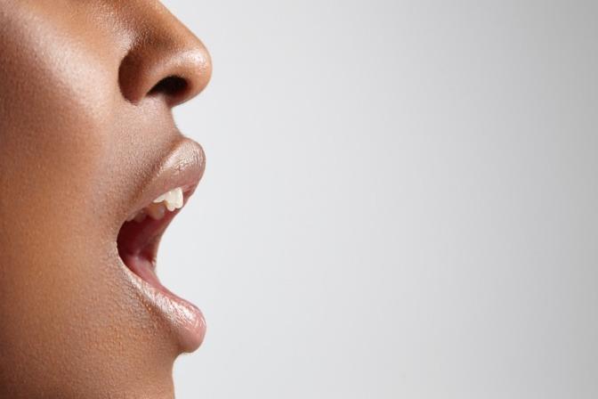 Offener Mund einer Frau im Profil