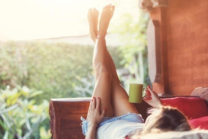 Eine Frau trinkt Tee im Sommer