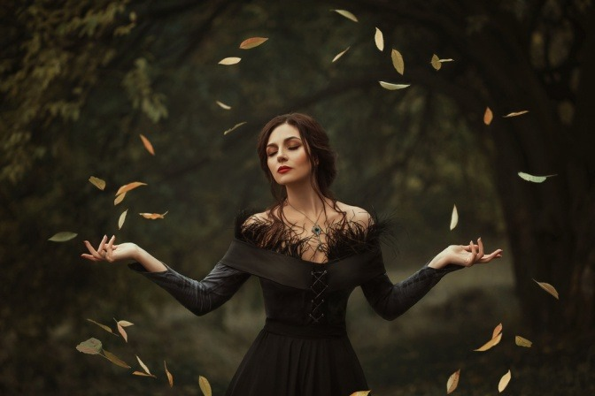 Eine Frau hält die Hände in der Waage im Herbst