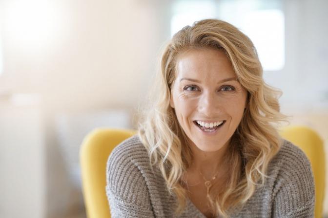 Frau in den Wechseljahren lächelt
