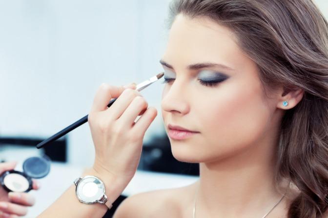 Die magische und symbolische wirkung von make up frau wird mit make up geschminkt thecheapjerseys Images