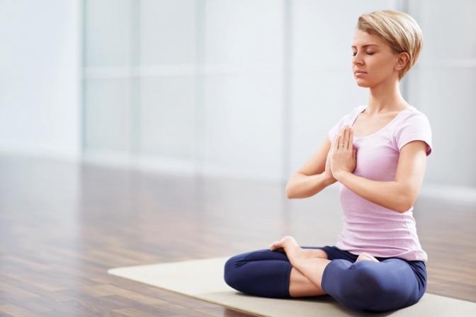 Eine Frau entspannt sich beim Yoga