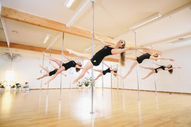 Frauen im Pole Dance Tanzkurs