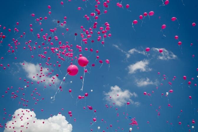 Pinke Ballons fliegen in die Luft