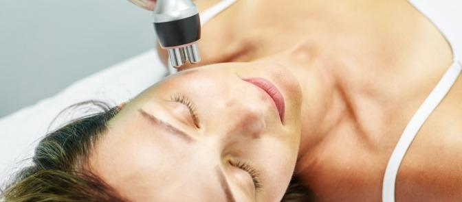 Frau bei der Frequenztherapie