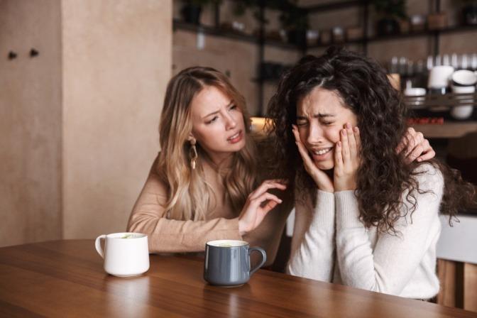 Eine Frau will eine verzweifelte Freundin aufmuntern
