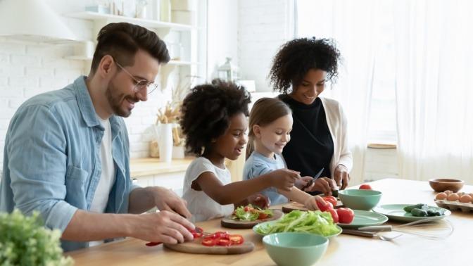 Familie kocht mit frischen Zutaten