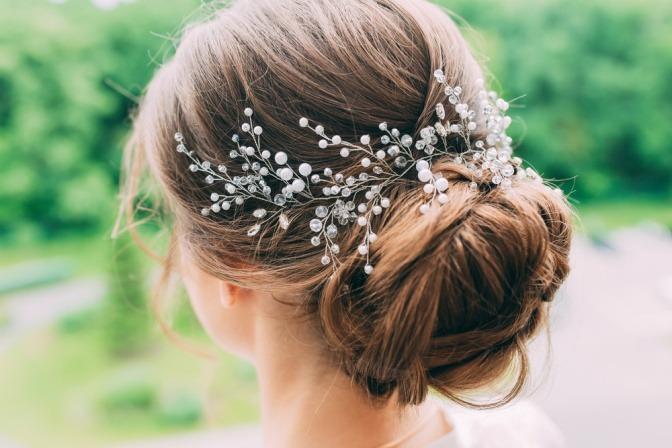 Die Hochsteckfrisur für die Hochzeit wurde mit Haarschmuck verziert