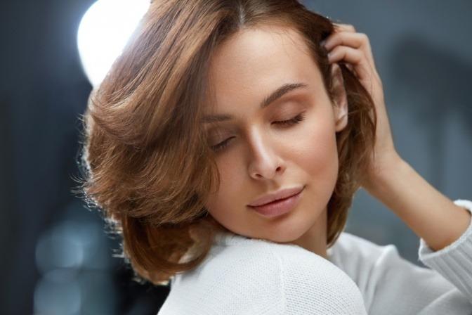 Eine kleine Frau mit passender Frisur