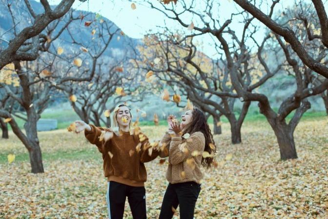 Zwei Frauen im Herbst sind glücklich