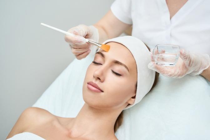 Fruchtsäurepeeling bei der Kosmetikerin