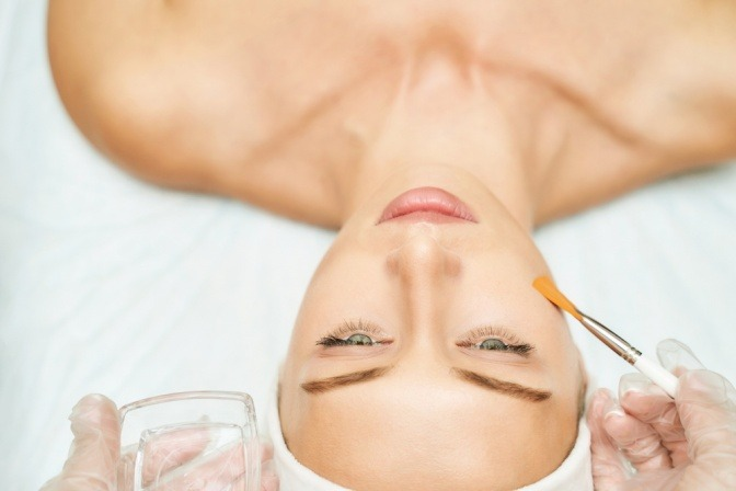 Frau bei der Kosmetikerin für Fruchtsäurepeeling
