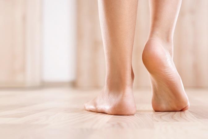 nackte Füße, die vielleicht riechen