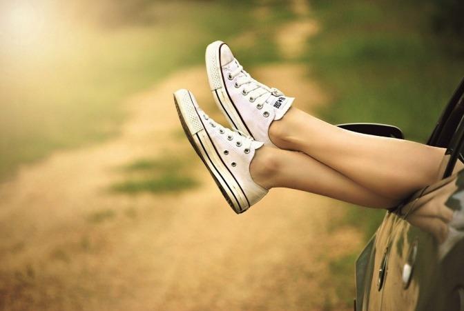 Füße hängen aus einem Auto raus