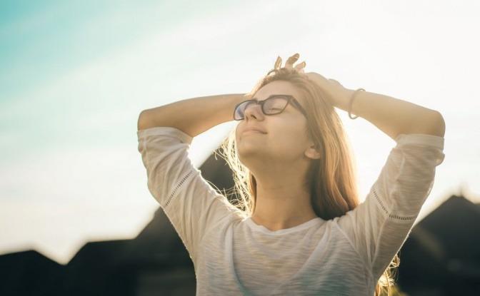 Eine geduldige Frau genießt entspannt den Sonnenschein