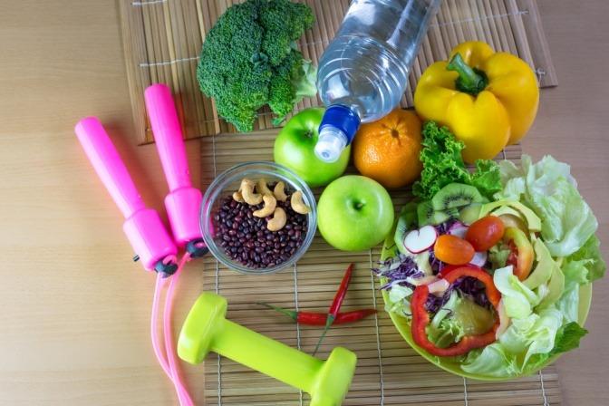 Sportutensilien, Obst und Gemüse liegen beeinander