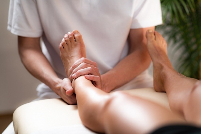 Massage am Fußgelenk