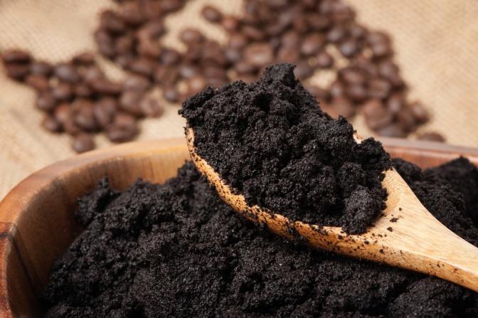 Gemahlener Kaffee ist die Hauptzutat des Kaffeepeelings