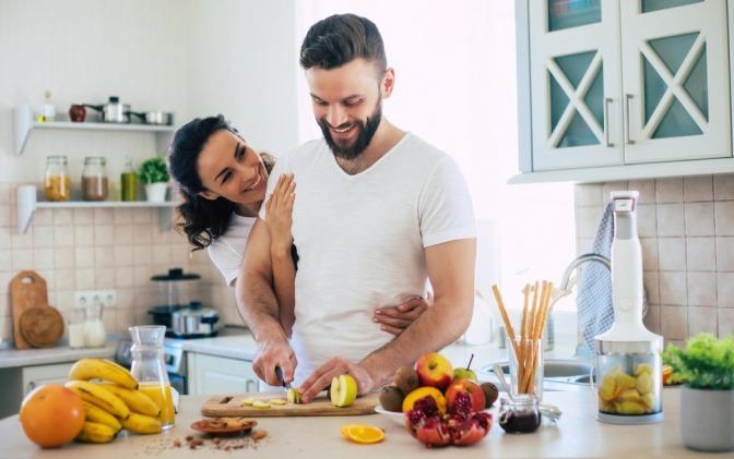 Ein glückliches Paar beim gemeinsamen Kochen.