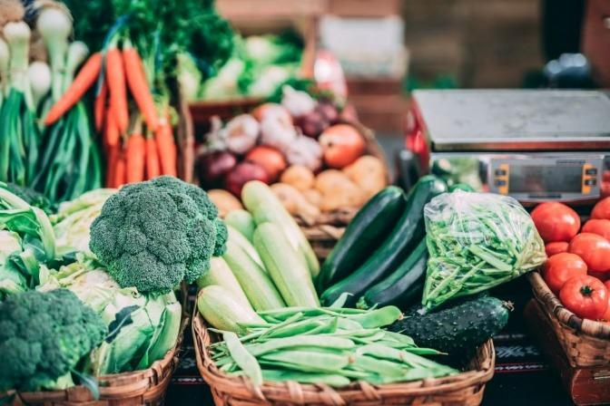 Eine Auswahl diverser Früchte und Gemüsesorten auf einem Haufen.