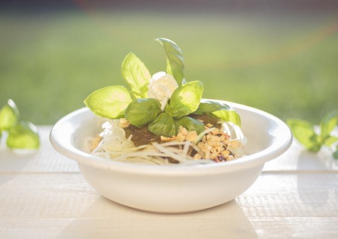 Gemüsenudeln zu Spinatcreme und Cashewparmesan