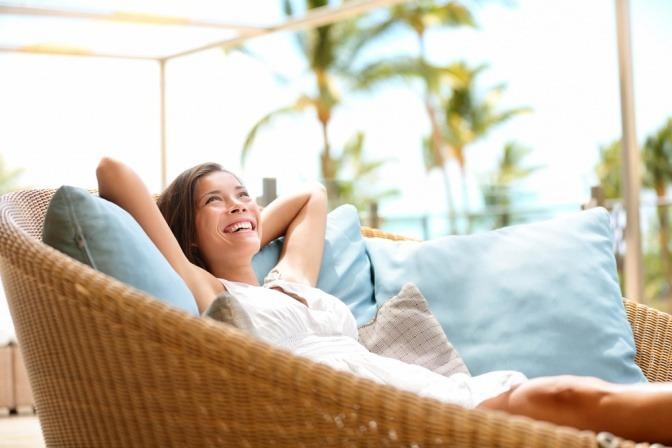 Eine Frau sitzt in einem Feng Shui Wohnzimmer