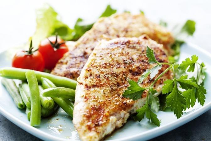 Auf einem Teller ist ein Gericht nach der Low Carb Diät zubereitet