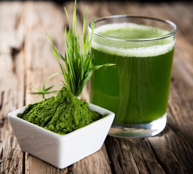 Detox Superfood wie Gerstengras und Chlorella Alge sind in Glas und Schüssel