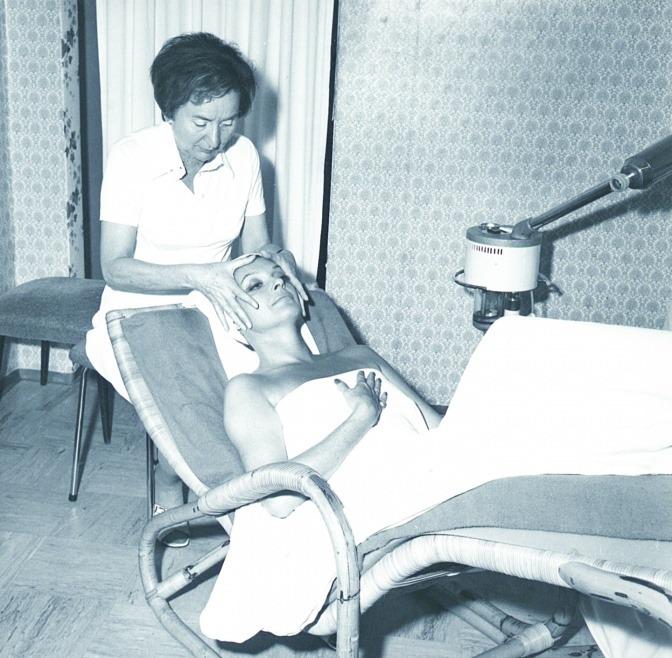 Schwarz-Weiß-Bild von Gertraud Gruber in einer Behandlung