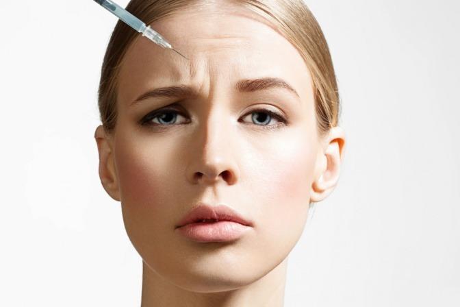 Eine Frau lässt sich durch eine Spritze das Gesicht straffen
