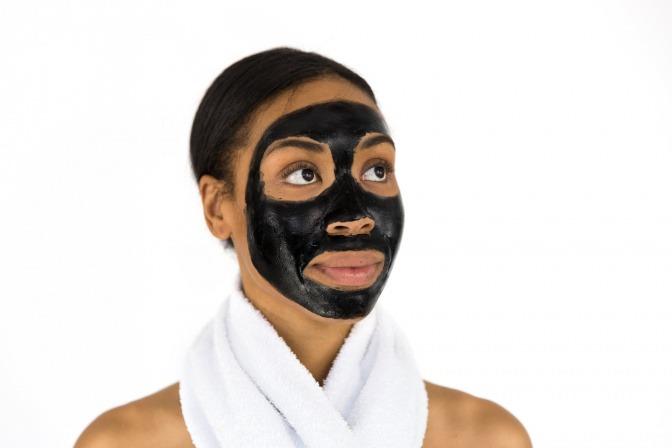 Eine Frau hat eine schwarze Gesichtsmaske