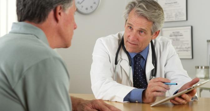 Arzt spricht mit Mann