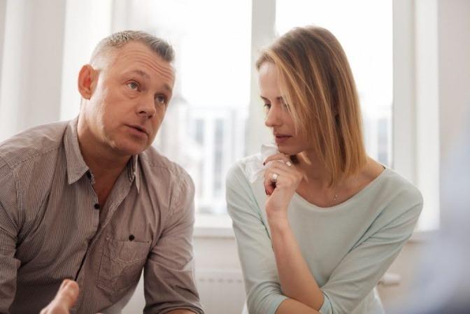 Ein Paar ist im Gespräch und scheint eine Krise zu haben