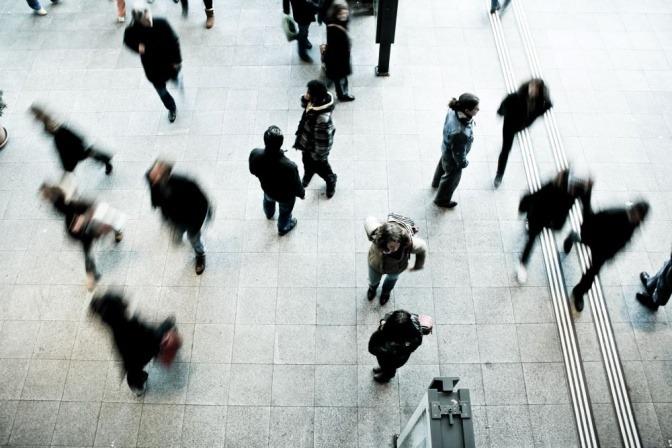 Ein Bild mit hektischen Menschen