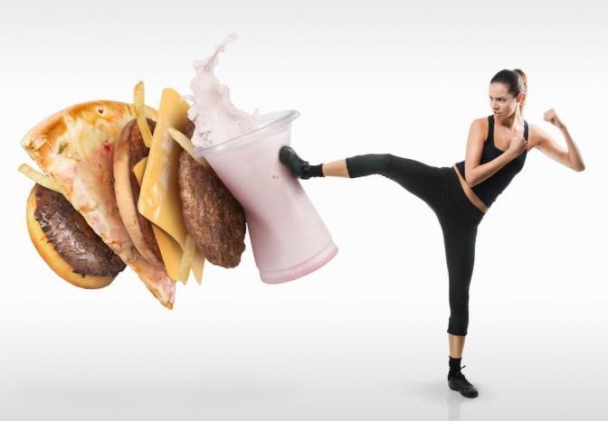 Eine Frau tritt auf ungesundes Essen