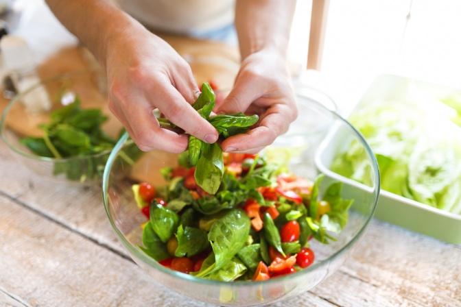Mann hält Schüssel mit Salat