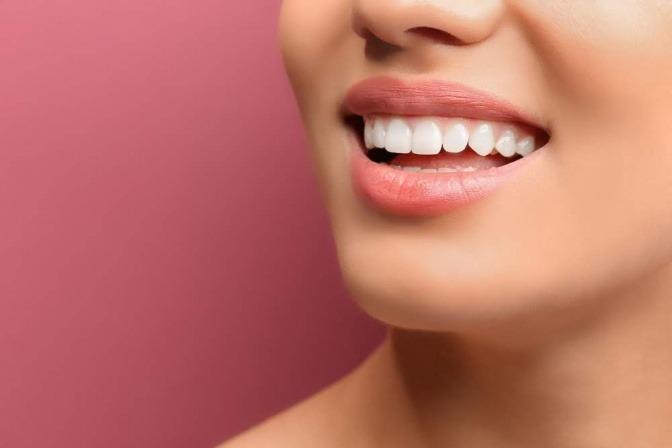 Frau mit schönen Zähnen