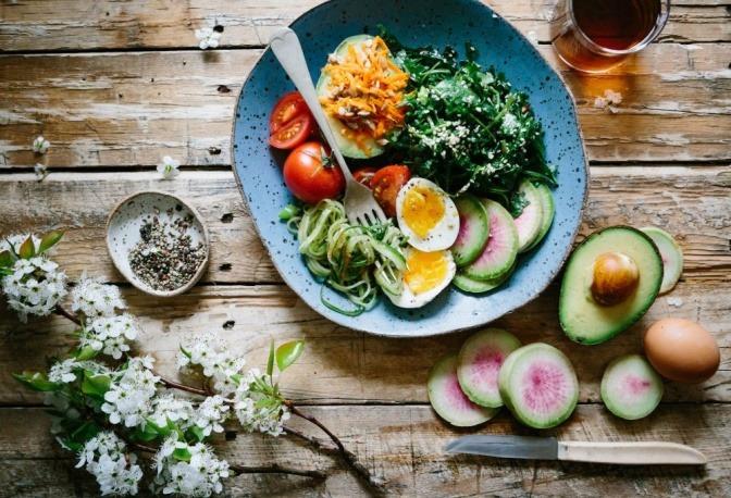 Eine Auswahl von diversen Früchten und Obstsorten ist sauber nebeneinander arrangiert.