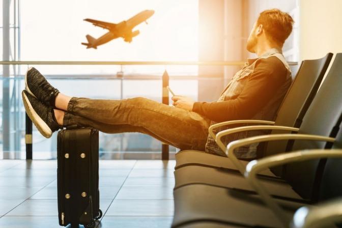 Ein Mann wartet geduldig am Flughafen