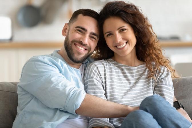 Ein glückliches Paar schaut in eine Richtung