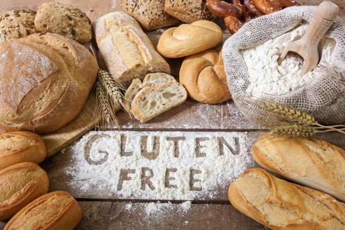 Glutenfreie Lebensmittel, vor allem Gebäck, liegt auf einer Arbeitsfläche