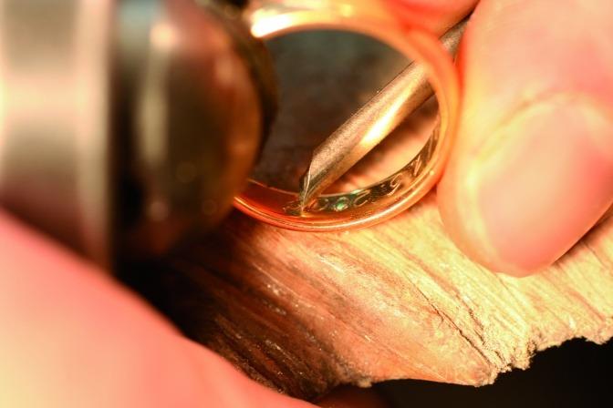 Goldschmied Franz Baischer graviert einen Ring