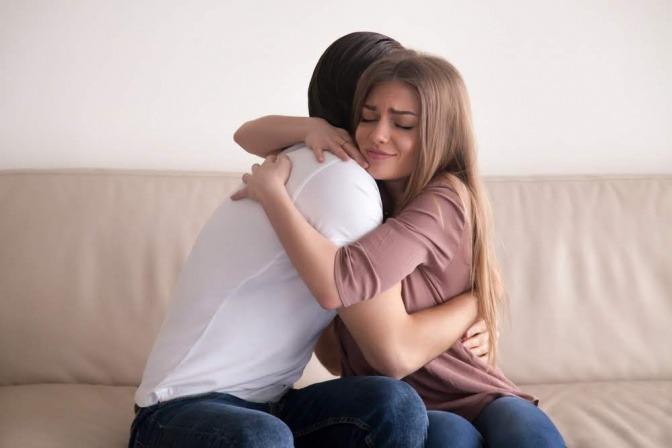 Ein Paar umarmt sich versöhnlich, nachdem es sich zuvor gestritten hat.